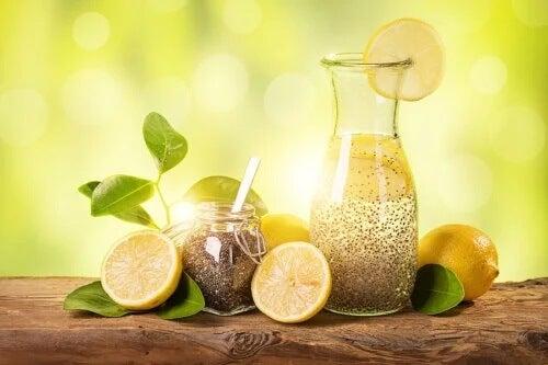 Água com limão e sementes de chia: benefícios para as mulheres
