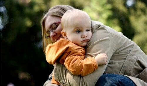 Mãe abraçando criança autista