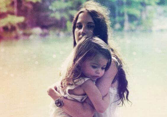 Filha superprotegida pela mãe