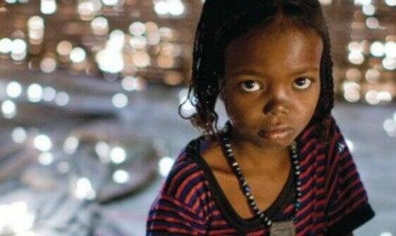 Criança triste por causa do abuso infantil