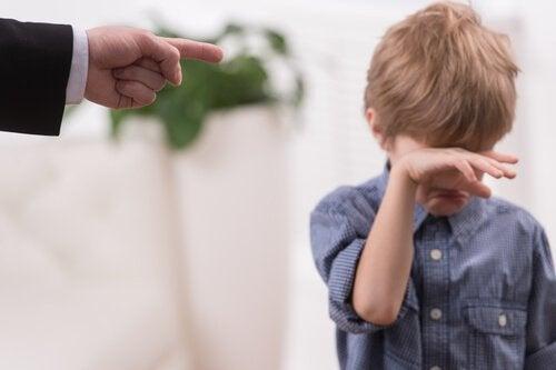 Menino chorando pelo comportamento tóxico dos pais