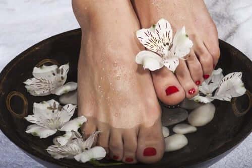 Para que serve a prática de colocar os pés em água fria?