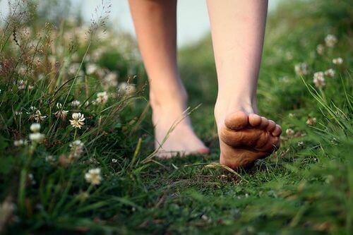 Mulher andando na grama