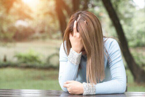 Silencie sua crítica interna para aumentar sua autoestima