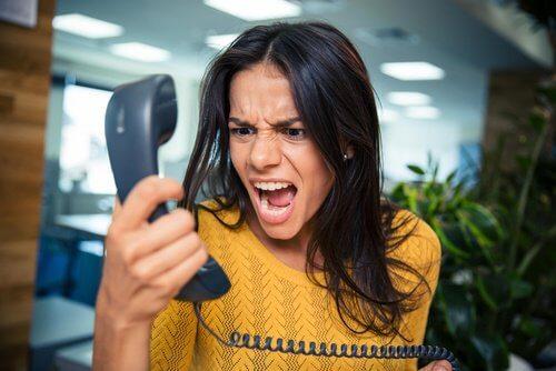 mulher_gritando_ao_telefone