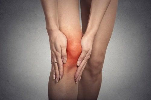 Mulher com dor no joelho por usar salto