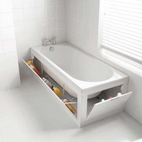Banheira com armazenamento para mais espaço no banheiro