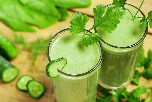 Suco verde com pepino para o café da manhã