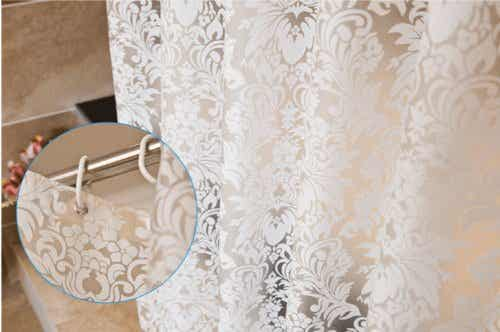 Como remover as manchas de mofo que se formam na cortina do banheiro