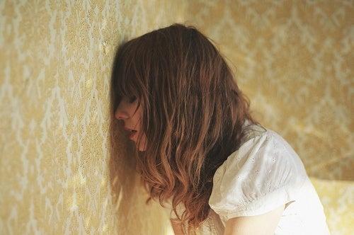Mulher sentindo ansiedade e estresse