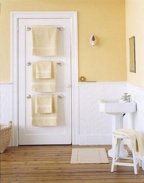 Cabides na porta do banheiro