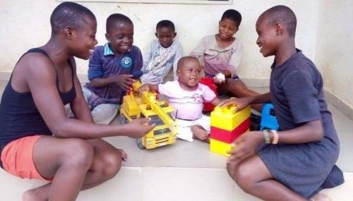 Menino nigeriano brincando