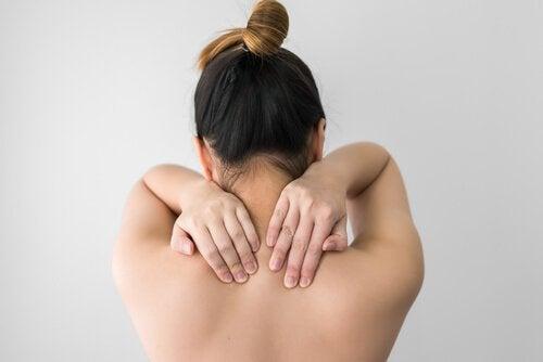 Mulher com dores musculares