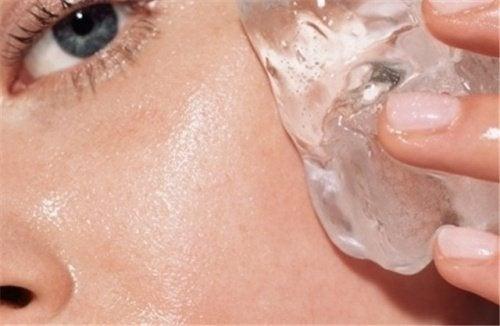 Um truque para melhorar a pele usando cubos de gelo