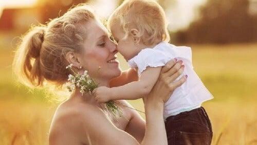 Criança abraçando a mãe