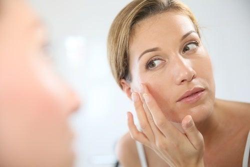 Mulher colocando uma máscara natural de abacaxi para rugas sob os olhos