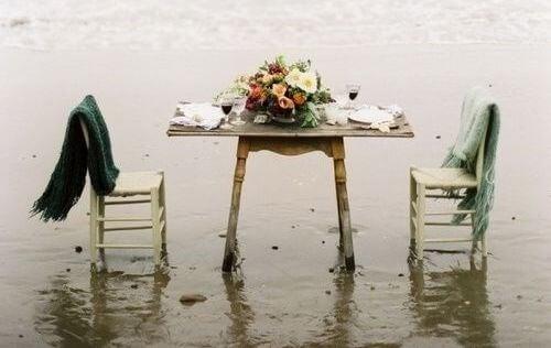 Mesa vazia que representa a perda de um ser querido