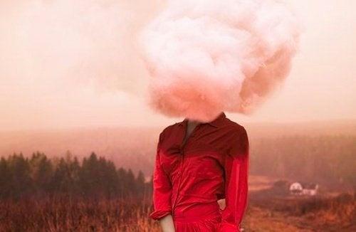 mulher-com-nuvem-na-cabeça