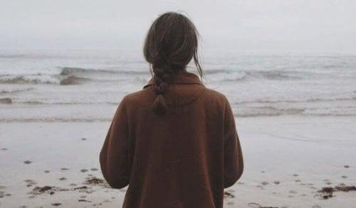 Mulher lidando com a perda de seus pais