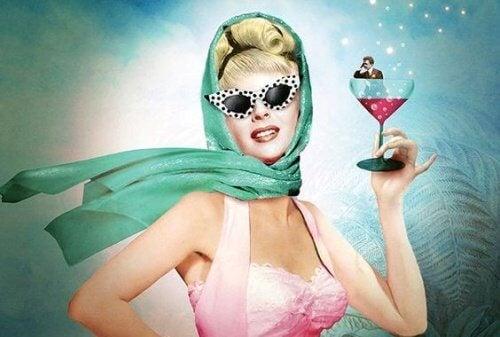 mulher_pinup_com_drink_na_mao