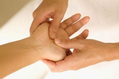 Pressão nas mãos para reenergizar o corpo