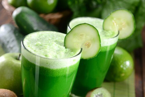 Vitaminas e sucos verdes para o café da manhã