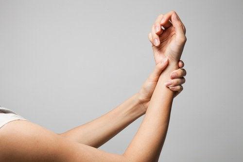 O plank ajuda a evitar lesões nos braços