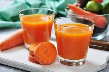 Copos com suco de cenoura