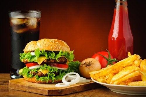 Evitar comidas rápidas com dores na articulação
