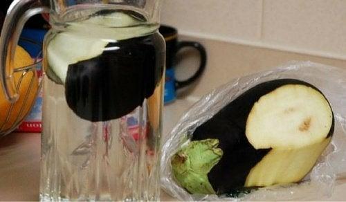Água de berinjela para queimar gordura e controlar o colesterol