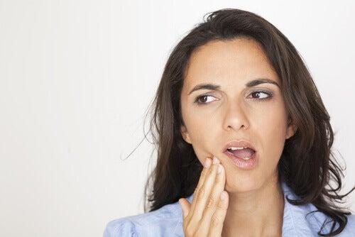 Mulher com dor na mandíbula
