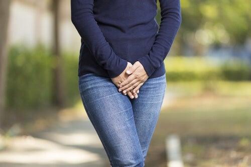 água-com-mel-previne-as-infecções-urinárias