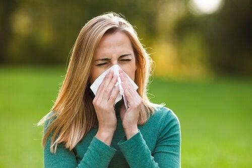 água-com-mel-reduzir-alergias