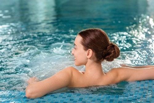 Mulher na piscina aliviando as dores lombares