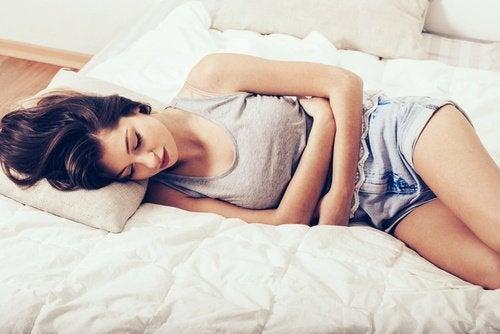 Mulher na cama triste