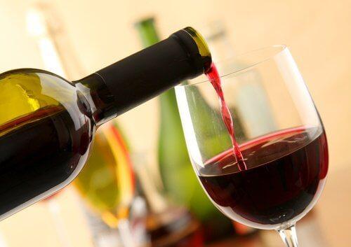 Benefícios de tomar vinho tinto