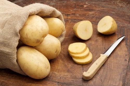 Batata crua para tarefas domésticas