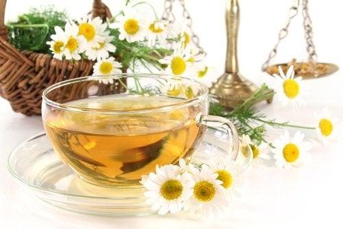 Chá de camomila para tratar a colite
