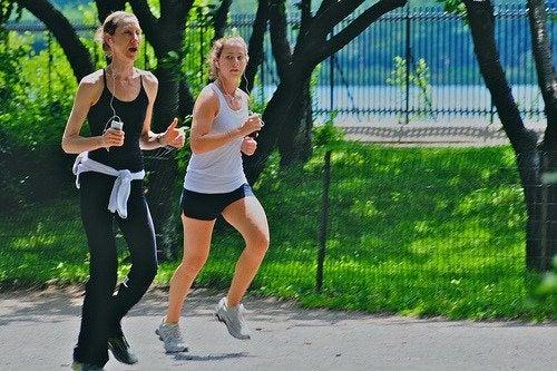 Mulheres se exercitando para evitar o câncer de mama