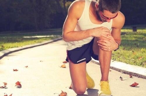 Homem com dor nos joelhos por causa de ciática