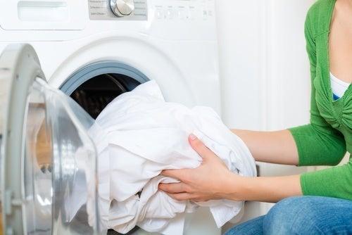 Colocar roupa na lavadora