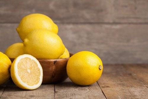 Limão para preparar uma bebida de cúrcuma e limão