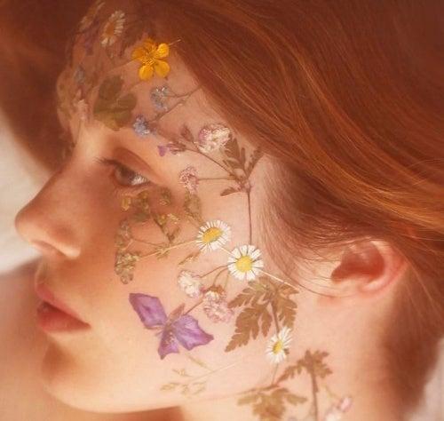 Mulher com flores no rosto procurando seu amor