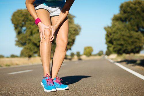 Mulher sentindo dor nos joelhos