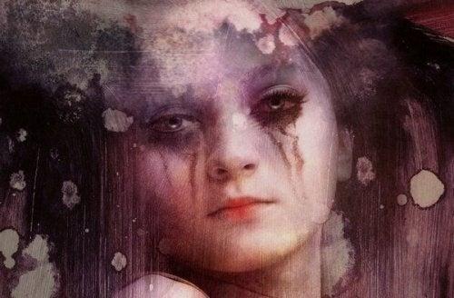 Mulher triste e chorando
