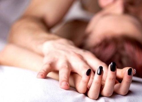 Casal tentando chegar ao orgasmo