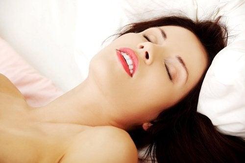 Mulher tendo um orgasmo