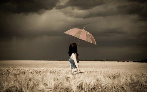 Mulher com guarda chuva em um dia nublado