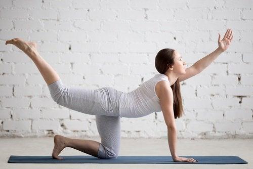 Mulher fazendo exercícios para melhorar a parte inferior das costas
