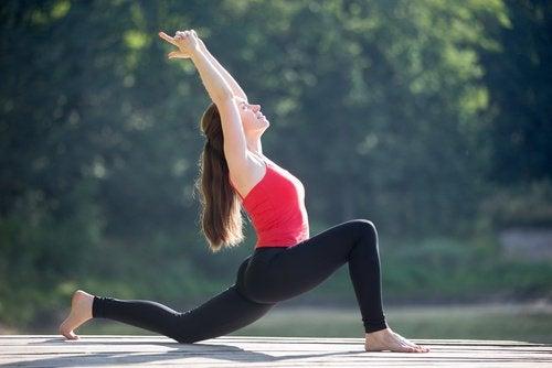Mulher fazendo exercício para melhorar a parte inferior das costas